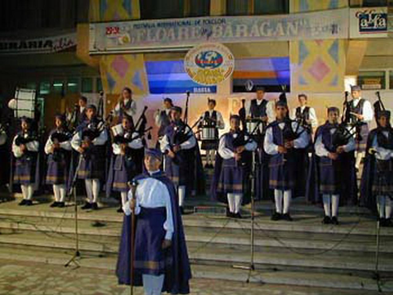 2001 - Ansamblul folcloric ''Banda de Gaitas Nova Fronteira & Cartelle'' - Spania